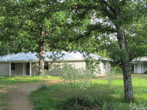 Country Brick Home On Small Acreage : Blossom : Lamar County : Texas