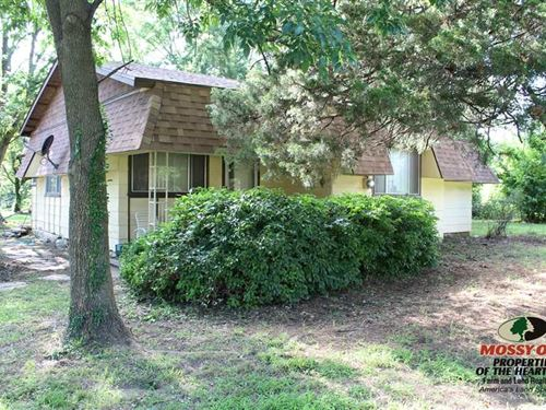 Ranch-Style Home Nestled on 9 Acres : Coffeyville : Montgomery County : Kansas
