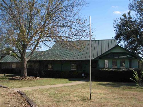 Home With Barn And Stables : Paris : Lamar County : Texas